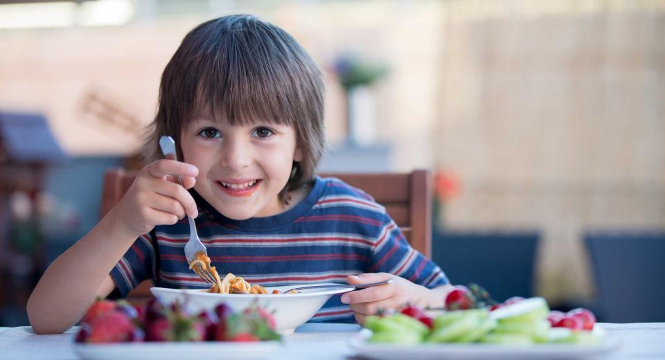 Zo leer je je kinderen veilig met bestek te eten
