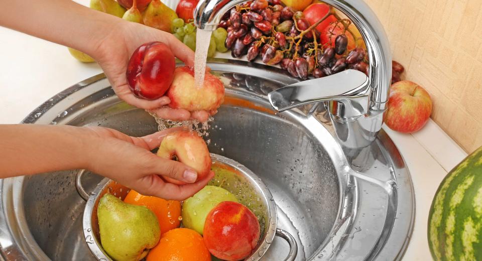 Vous ne lavez pas vos fruits et légumes correctement