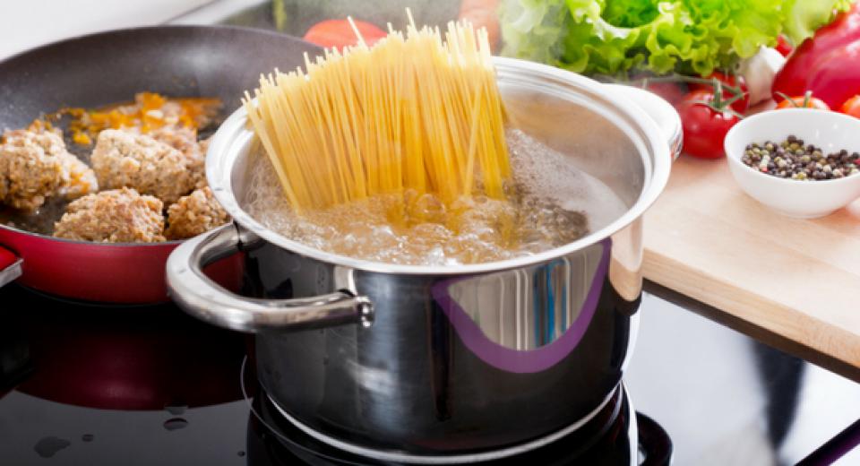 Waarom je altijd een kopje kookwater van je pasta moet bewaren