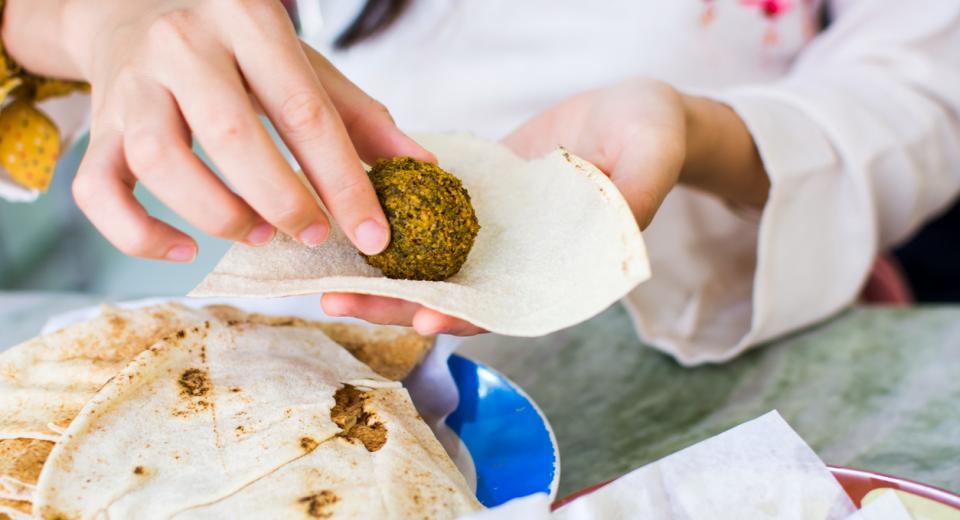 Klaar in een kwartier: zo maak je de lekkerste falafelballetjes