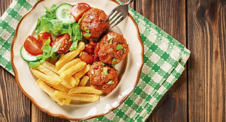 Balletjes in tomatensaus? Met frietjes, natuurlijk!