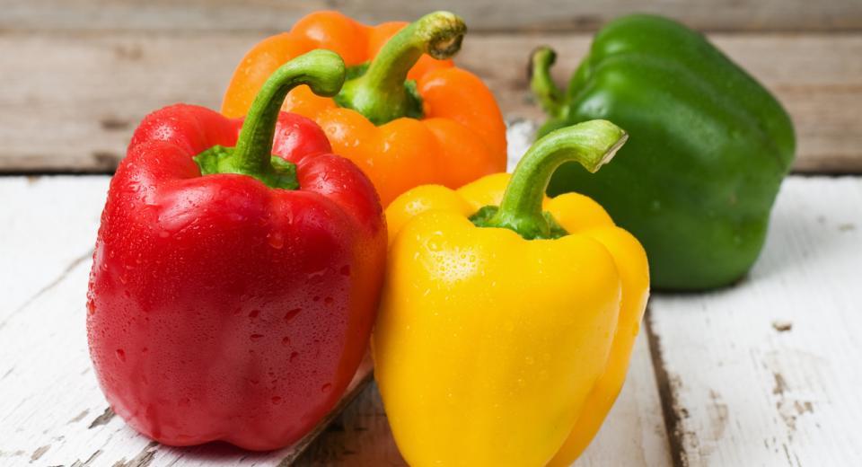 Dit is het verschil tussen groene, gele, rode en oranje paprika