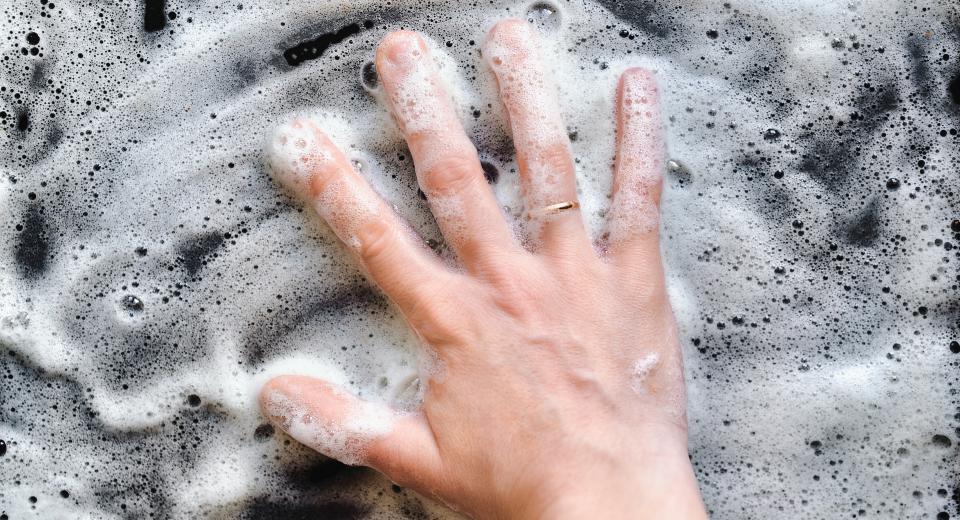 Voici la meilleure façon de nettoyer parfaitement les plaques de votre four