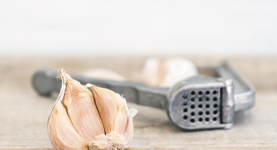 Onmisbaar in de keukenkast: de knoflookpers
