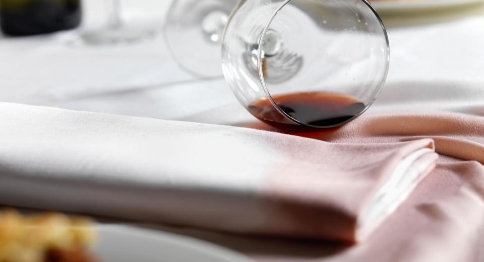 Wijnvlekken op je tafellaken? Zo krijg je ze eruit