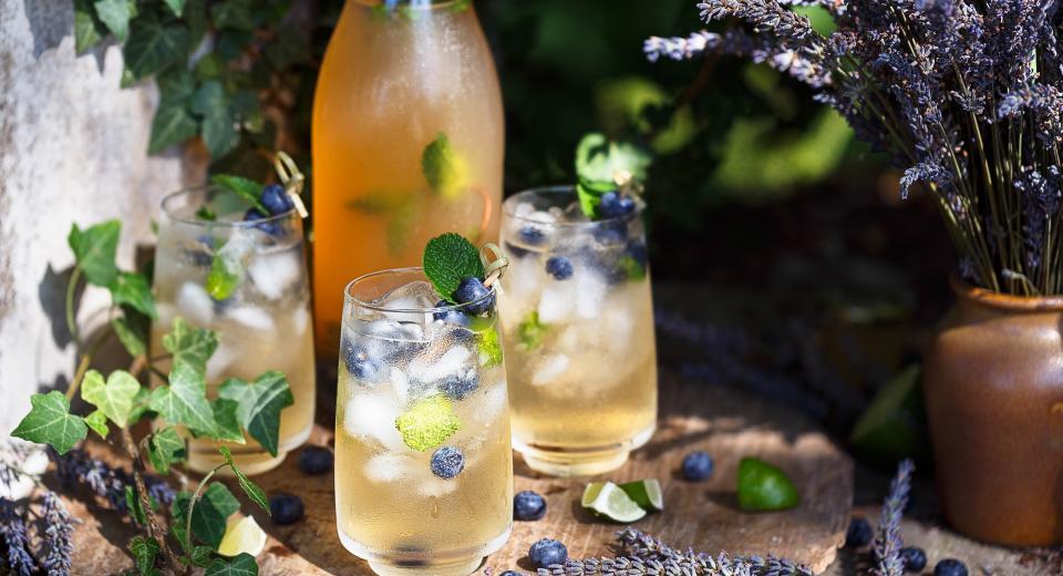 15 recettes pour pimper vos cocktails avec les herbes du jardin!