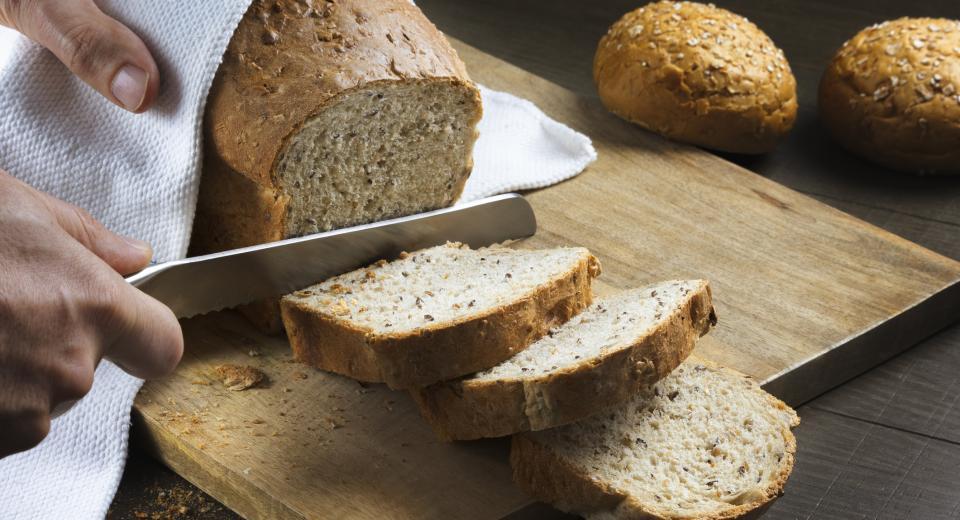 Zo voorkom je dat je brood kruimelig wordt: 8 tips voor zacht kruim