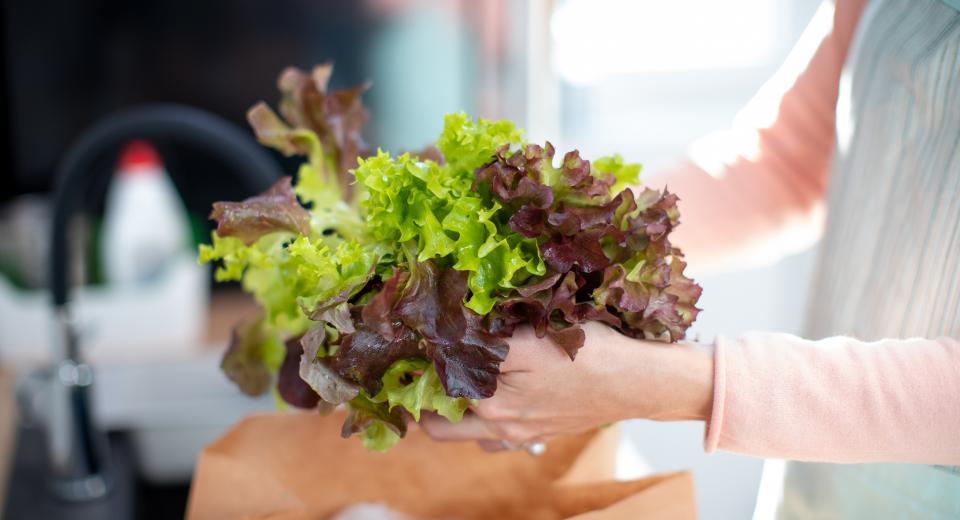 Frisse keukentruc: zo blijft een zakje sla langer vers