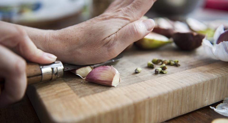 Knoflook snijden, persen of kneuzen: wanneer doe je wat?