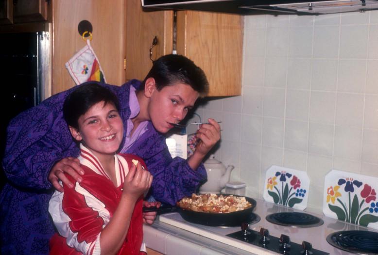 Joaquin Phoenix et son frère River en 1985 - Getty Images